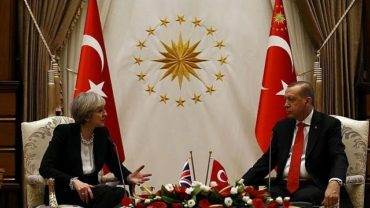 Theresa May in Turchia pensando alla Brexit
