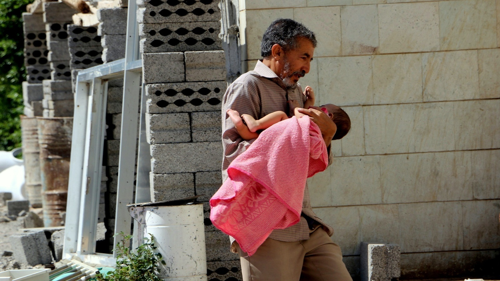 A child who was injured in Saudi Arabia's ongoing assault on Yemen is brought to a hospital by her father, in Taiz, Yemen, Sunday, Oct. 25, 2015. The U.N. says at least 2,577 civilians were killed since the Saudi-led air campaign began in March, while 5,078 have been injured. (AP Photo/Abdulnasser Alseddik)