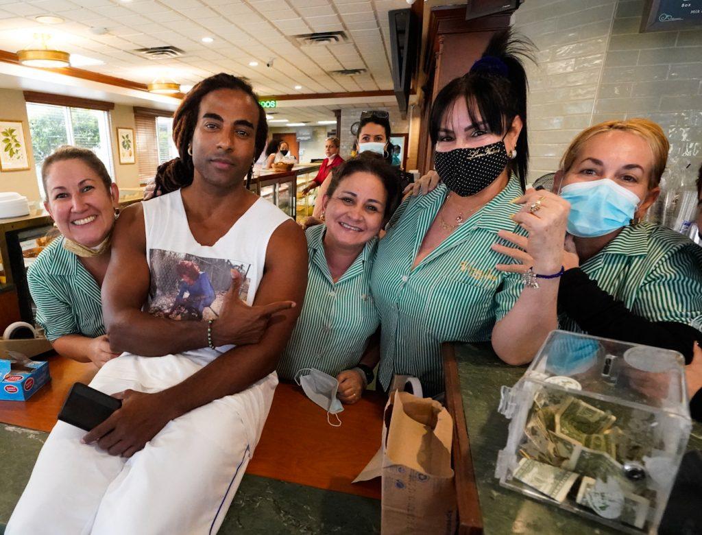 Yotuel posa con i lavoratori, il 14 luglio 2021, in un ristorante cubano nel quartiere Little Havana di Miami.Wilfredo Lee  AP