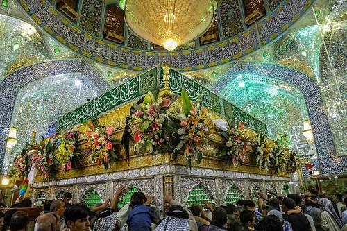 Fedeli intorno alla tomba dell'Imam Hussein, all'interno del mausoleo