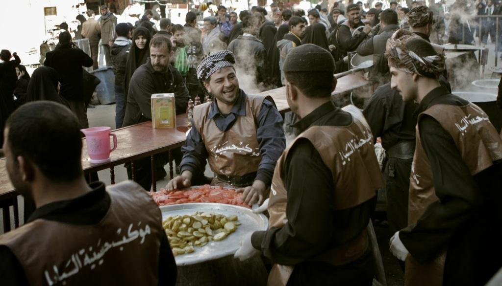 """Un """"mawkeb"""" sulla strada per la processione (qui, che serve cibo ai pellegrini)"""