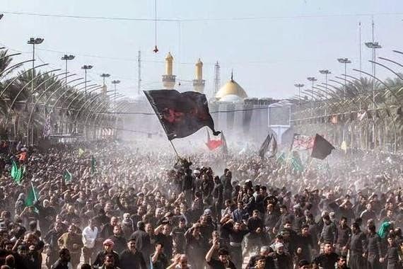 Processione di pellegrini davanti al mausoleo dell'Imam Hussein a Karbala