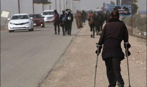 Un fedele handicappato sulla via del pellegrinaggio
